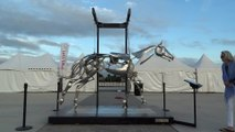 L'étrange et hypnotique Sculpture en Acier d'un Cheval au galop
