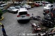 Un boulet détruit trois voitures et deux motos en voulant se garer son 4x4 (Philippines)