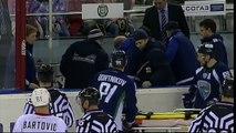 Un hockeyeur se fait couper la gorge par un patin