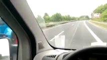 ll se fait doubler par une caravane tirée par un tracteur... sur l'autoroute!