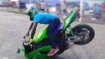 Faire du stunt avec un moto sans roue à l'avant