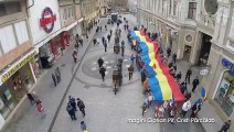Ziua națională a fost sărbătorită la Oradea cu motoare turate şi cu o defilare a cailor putere. Aproape 200 de maşini au participat la un marş prin oraş. Toate vehiculele au fost împodobite cu steagul tricolor.