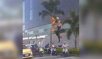 Artiste de rue jongle en équilibre sur une corde