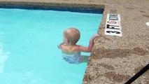 Un bébé de 16 mois fait déjà des longueurs dans la piscine