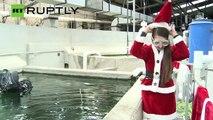 Au Mexique, la mère Noël fait de la plongée sous-marine