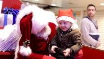 Un Père Noël discute avec un enfant en langue des signes