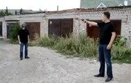 Un père inconscient tire avec son arme dans le casque de son fils