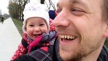 Un bébé et son papa pliés de rire en essayant de dire PAPA... Trop mignon
