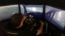 Un pilote de Rallye professionnel joue à DiRT Rally sur un simulateur