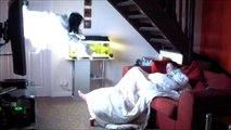 Sa copine s'endort devant la TV, il va lui donner la peur de sa vie