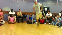 Démonstration de breakdance sur béquilles