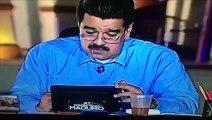 Presidente de Venezuela Nicolás Maduro lee un mensaje al aire donde lo critican