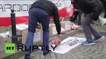 Des nationalistes polonais perturbent une démonstration civique à Varsovie avec des têtes de porc