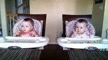des jumeaux de 11 mois réagissent a la guitare de papa