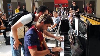 Deux artistes se rencontrent pour une impro démente au piano dans une gare de paris