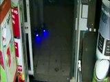 Un homme entre dans un magasin en Hoverboard et commet un vol
