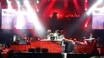 Guns N'Roses Axl Rose chute sur scène au Hellfest 2012