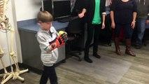 Un enfant de 6 ans reçoit une main en 3D pour Noël