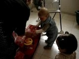Dylan ouvre ses cadeaux pour ses 1 an