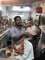 Massage chez le coiffeur en Inde