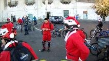 Buon Natale - in bici con i babbo natale e la Befana sulle scale della Pedamentina a Napoli