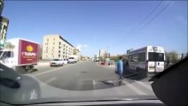 Un automobiliste écrase presque un piéton et son bébé.... Le papa va se venger