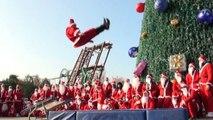 Natale a Gardaland tra babbi Natale acrobatici o subacquei