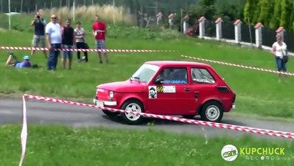 Il fait un rallye avec une vieille Fiat 126