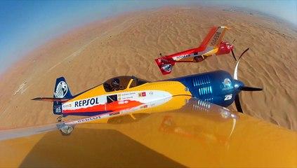 Un vuelo acrobático de película en el desierto de Abu Dhabi