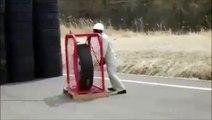 Quand tu gonfles trop un pneu de camion.... Et ça fait très mal