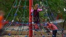 Les garçons Et les Filles, les Enfants les Enfants sur une Corde Escaliers Enfants à laire de Jeux des Enfants sont en cours dExécution Clim