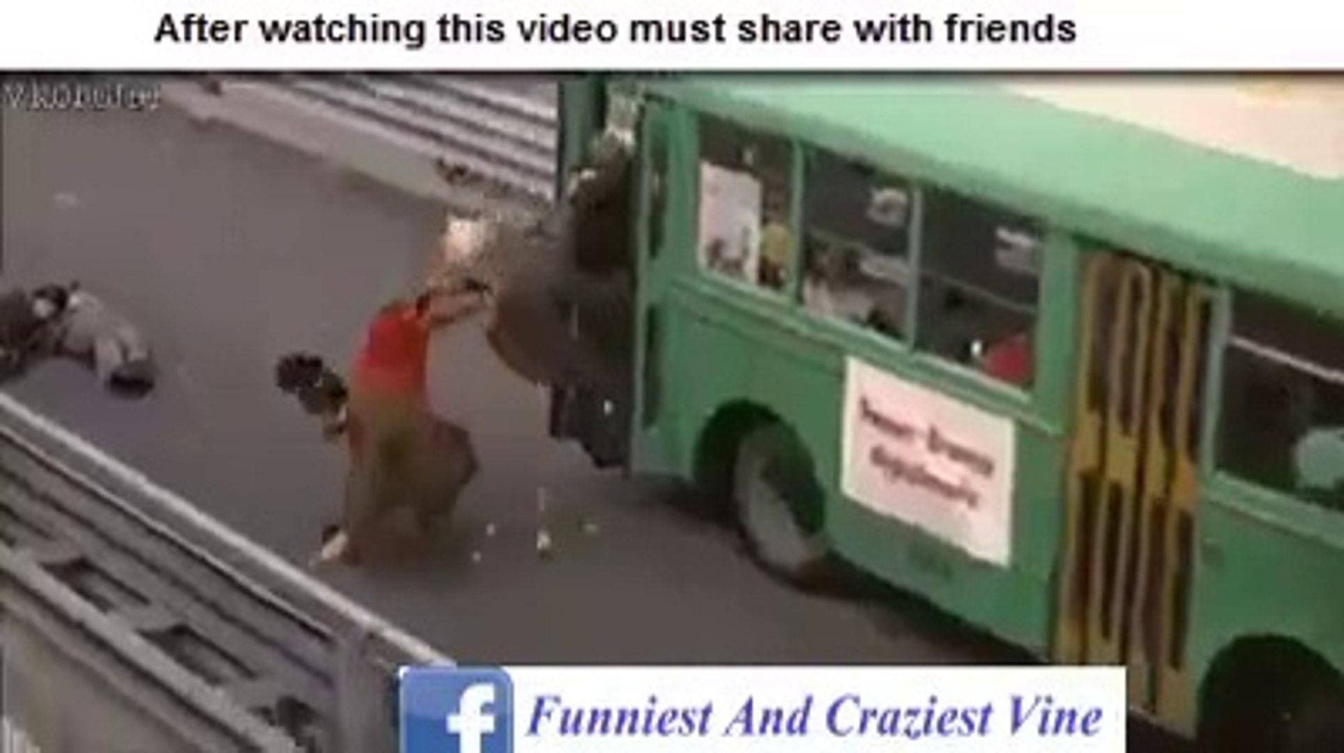 Chalti Bus sy kitnay log gir gay so sad and funny clip