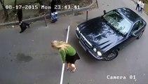 Une blonde cherche à rentrer chez elle d'une drôle de façon