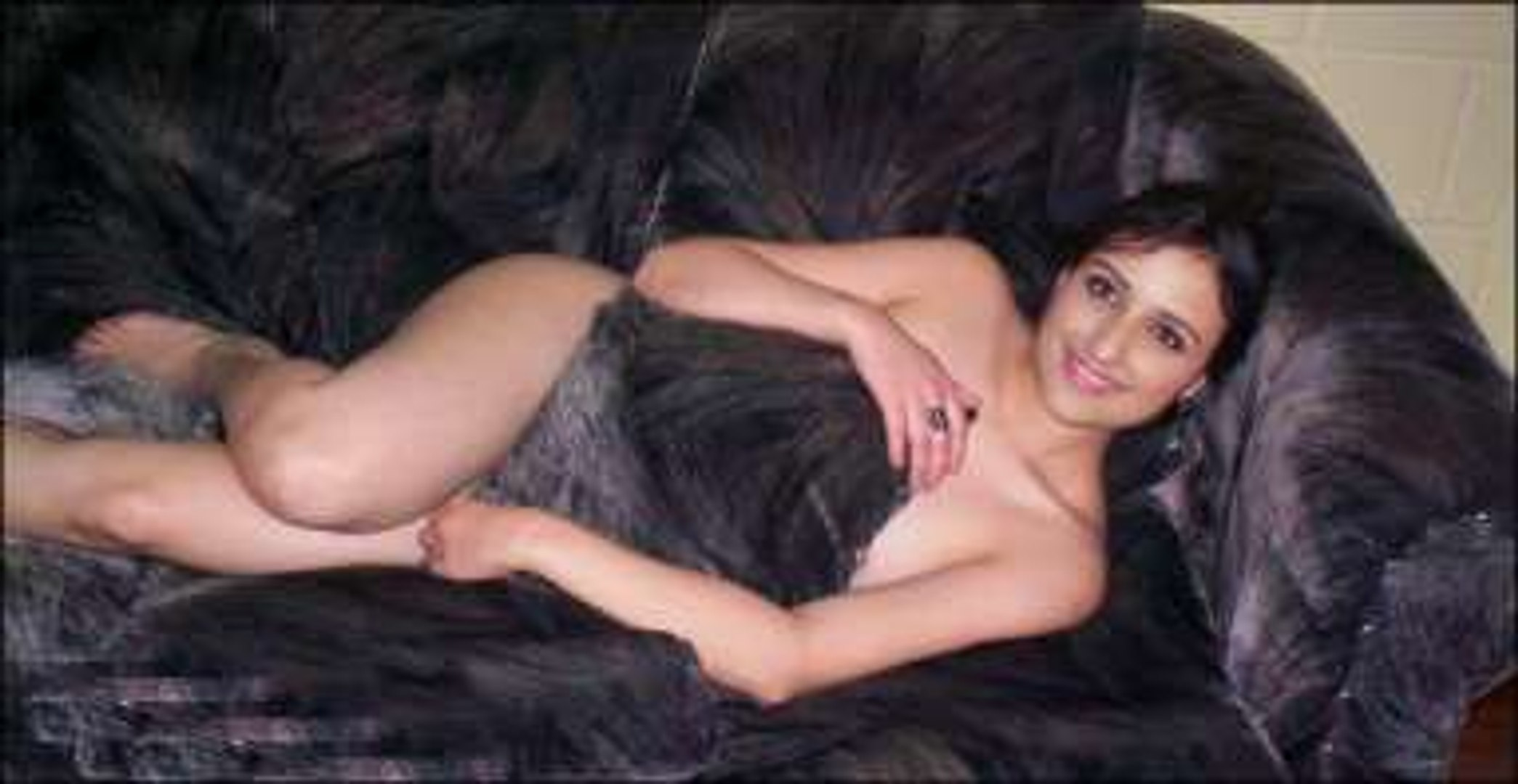 Teen mom poses nude