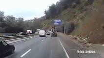 Ce camion n'a plus de frein en pleine descente sur l'autoroute. Carambolage