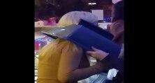 Une jeune femme ivre se coince la tête dans le couvercle d'une poubelle