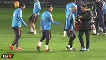 Messi não perdoa e dá caneta em Suárez durante treino