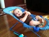 Un bébé travaille ses abdos dans son transat