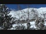 Neige en montagne poudreuse sur les pistes - Hiver