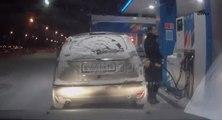 Une femme utilise un briquet dans une station essence en Russie