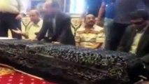 بالفيديو بكاء هستيري من حسين فهمي في جنازة الفنان عمر الشريف جنازة الفنان عمر الشريف