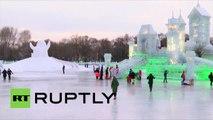 Une exposition de sculptures géantes sur glace en Chine