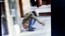 Un mec bourré fait caca sur un trottoir et tombe dedans