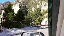 Sortie de route impressionnante filmພ en Dashcam sur une route de montagne. 20m de chute
