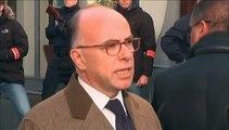 """Attaque d'un commissariat de Paris : Cazeneuve affiche sa """"solidarité"""" avec les policiers en se rendant sur place"""