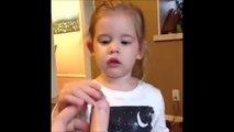 Une fillette mange un bonbon Tête Brûlée pour la première fois... Double effet Kiss Cool