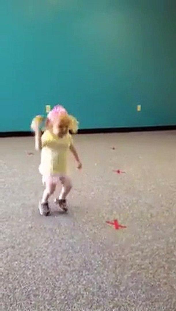 Dans Hareketleri ile Kendisine Hayran Bırakan Sevimli Kız