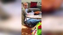Ce bébé teste les limites de sa maman. Pire qu'un chat