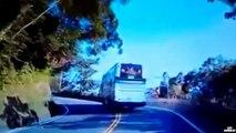 Un camion percute un bus touristique