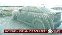 Une voiture prisonnière de la glace dans l'Etat de New York